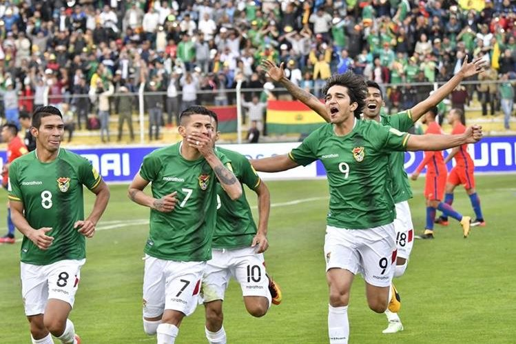 Juan Carlos Arce celebra después de anotar el gol del triunfo de Bolivia contra Chile. (Foto Prensa Libre: AFP)