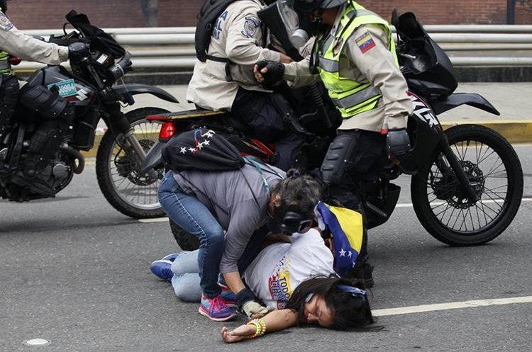 Una mujer quedó inconsciente en medio del enfrentamiento entre la Policía y los manifestantes.