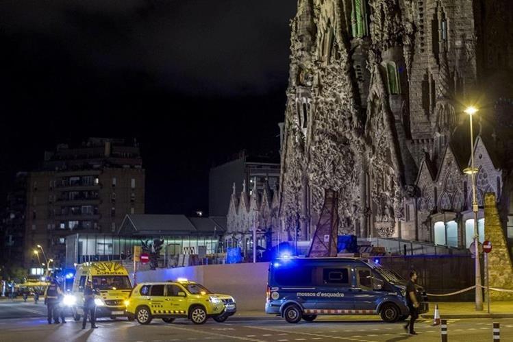 Efectivos de la Policía controlan las cercanías de la Sagrada familia de Barcelona. (Foto Prensa Libre:EFE).