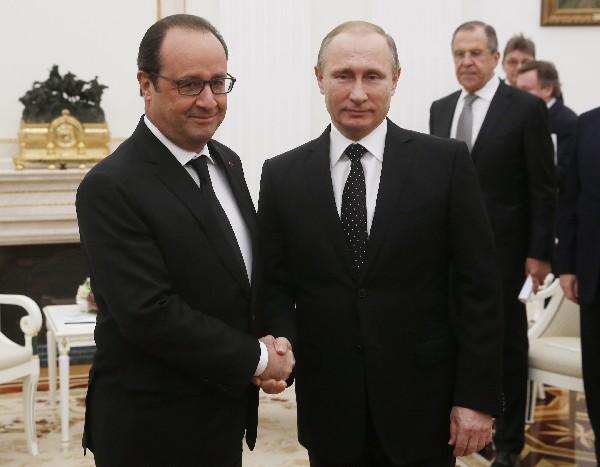 El presidente ruso, Vladímir Putin (der), saluda a su homólogo francés, Francois Hollande, en el Kremlin de Moscú, Rusia.(Foto Prensa Libre:EFE).