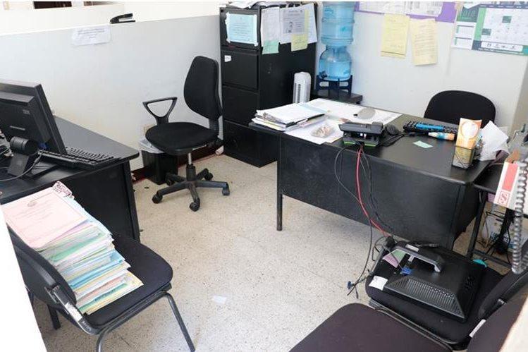 Delincuentes irrumpieron las oficinas del juzgado de la Niñez y Adolescencia en Cobán y sustrajeron un equipo de audio y seis discos duros de las computadoras. (Foto Prensa Libre: Eduardo Sam)