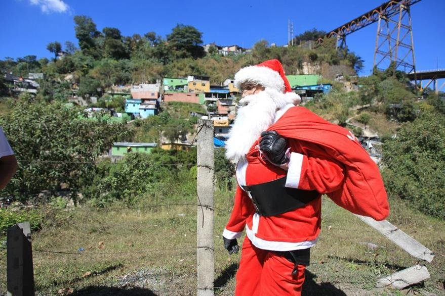 El mayor de los Bomberos Municipales entrega regalos a niños de la zona 6. (foto Prensa Libre: Esbin García)