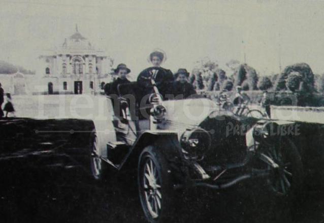 Este carro perteneció a Enrique Byrne y fue el primer Buick  que vino a Guatemala. La foto fue tomada en el Paseo de la Reforma, frente al Museo, hoy Plaza del Obelisco. (Foto: Hemeroteca PL)