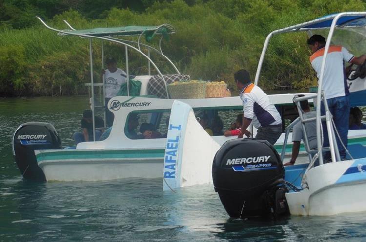 Hay denuncias de que las lanchas son sobrecargadas, lo que pone en riesgo la vida de los pasajeros. (Foto Prensa Libre: Ángel Julajuj)