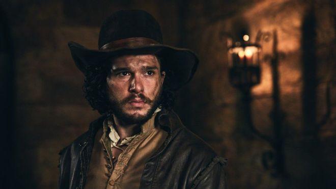 Kit Harington interpreta a un ancestro suyo: Robert Catesby, uno de los líderes del complot para explotar el parlamento británico en 1605.