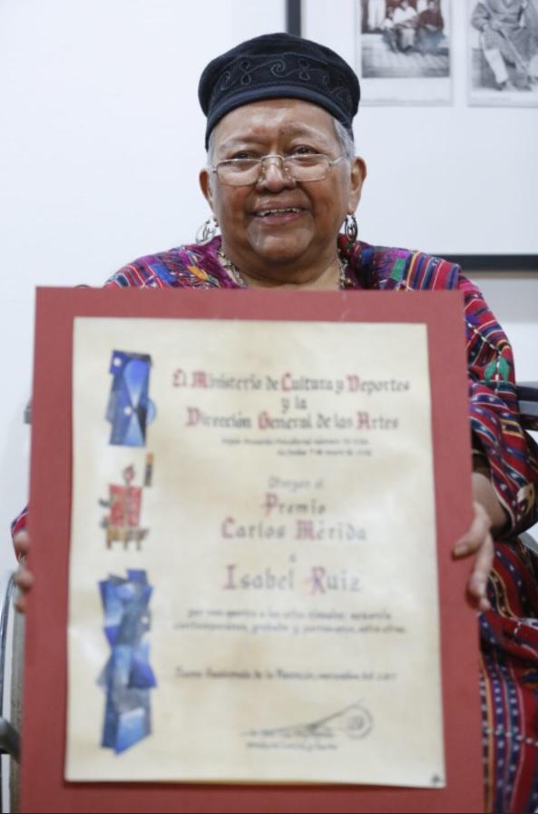 La artista sostiene el reconocimiento que la acredita como ganadora del premio Carlos Mérida