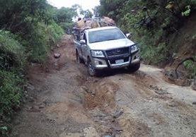 La ruta que conduce a la aldea Guineales, en la boca costa, está intransitable. (Foto Prensa Libre: Ángel Julajuj)