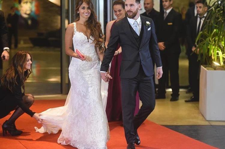 La novia eligió para su gran noche a la diseñadora catalana Rosa Clará.(Foto Prensa Libre: AFP/EITAN ABRAMOVICH)