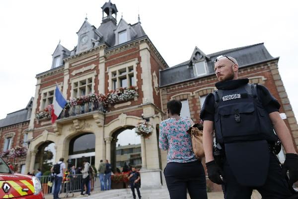 La policía francesa da seguridad después de la toma de rehenes en una Iglesia.(AFP).