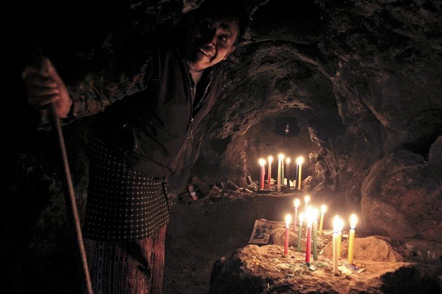 Un sacerdote maya  en un rito en la cueva de Xepec.