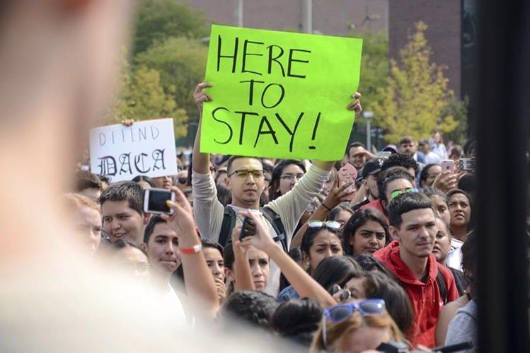 Un grupo de dreamers protesta en EE. UU. por el fin del DACA. (Foto Prensa Libre: AP)
