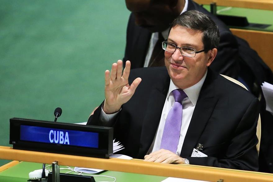 El secretario de Relaciones Exteriores de Cuba, Bruno Rodríguez, saluda a varios diplomáticos después de conocer la votación. (Foto Prensa Libre: EFE).