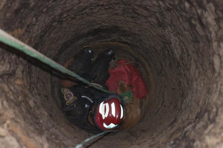 El animal cayó accidentalmente a un pozo de unos 25 metros de profundidad que se halla en un terreno abandonado, en Sumpango, Sacatepéquez. (Foto Prensa Libre: Víctor Chamalé)