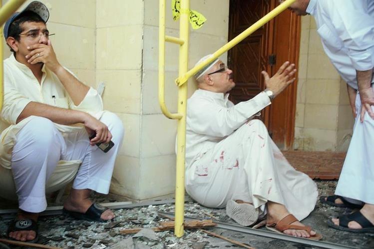 Dos kuwaitíes afex¿ctados por el atentado suicida en la mezquita chií de Al-Imam al-Sadeq.(Foto Prensa Libre:AFP).