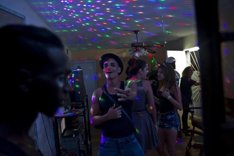 Varios jóvenes bailan durante una fiesta de Halloween en una residencia particular en La Habana, Cuba. (Foto Prensa Libre: AP).