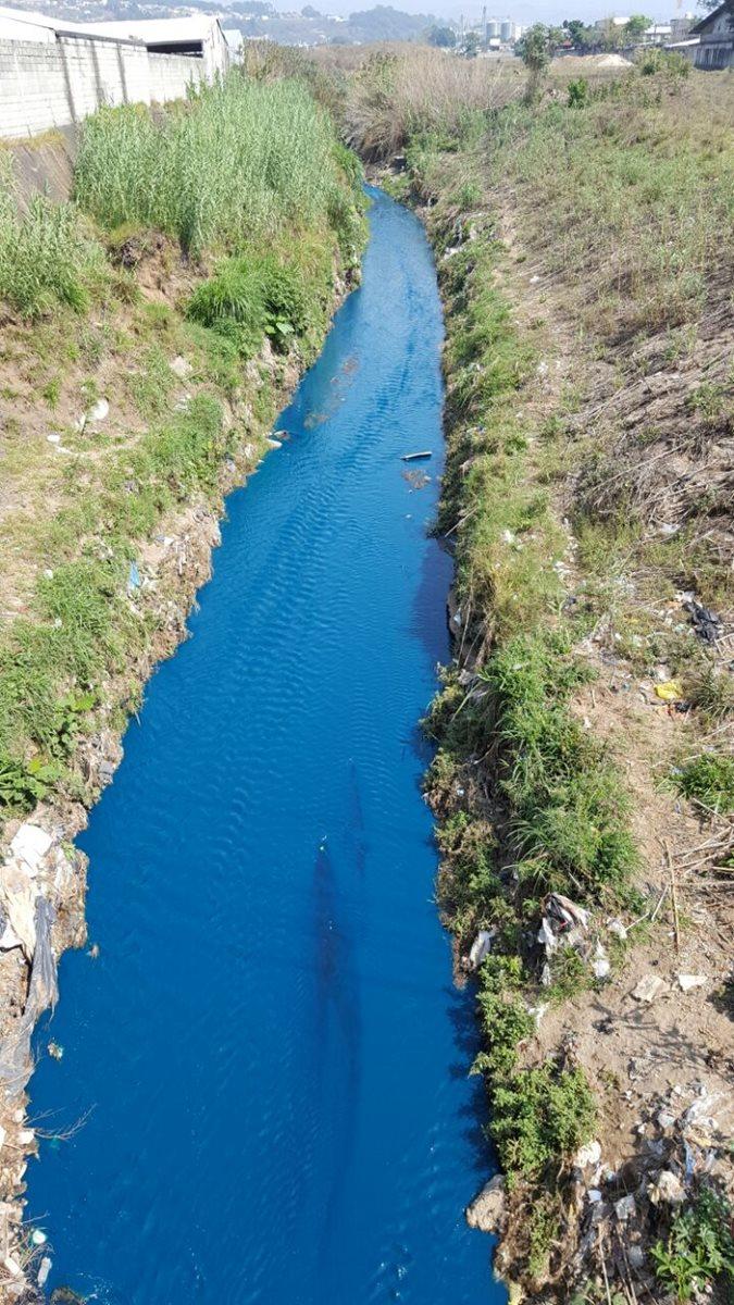 Otra de las vertientes del río Platanitos que se tiño de azul. (Foto Prensa Libre: Cortesía)