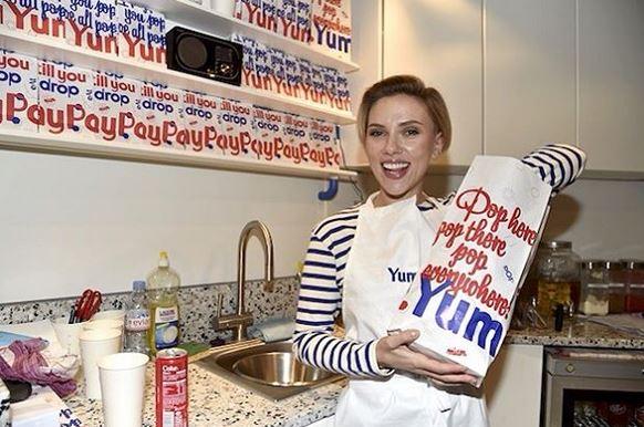 La actriz Scarlett Johansson ahora tiene una venta de poporopos en Francia. (Foto Prensa Libre: Instagram: glamour_russia)