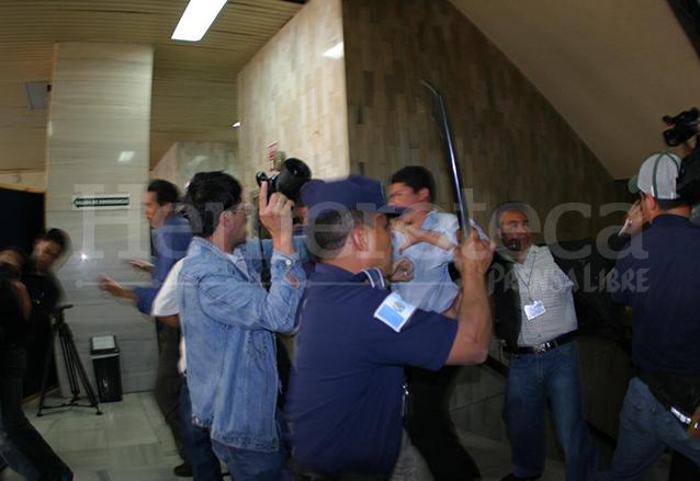 Simpatizantes del FRG agredieron a periodistas y guardias del Sistema Penitenciario mientras se desarrollaba la audiencia del caso Jueves Negro. (Foto: Hemeroteca PL)