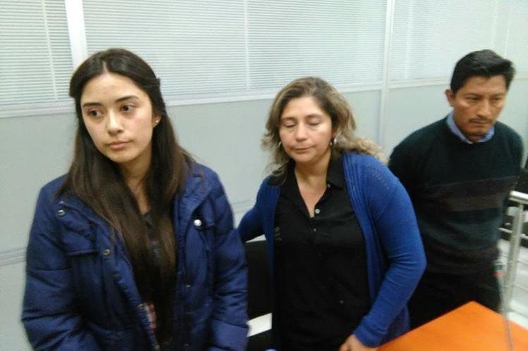 Abdy Andrea Orellana y su madre Abdy Estrada de Orellana en tribunales. (Foto Prensa Libre: Edwin Pitán).