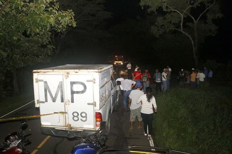 En la ruta a Champerico, un hombre fue atropellado y murió. (Foto Prensa Libre: Rolando Miranda)