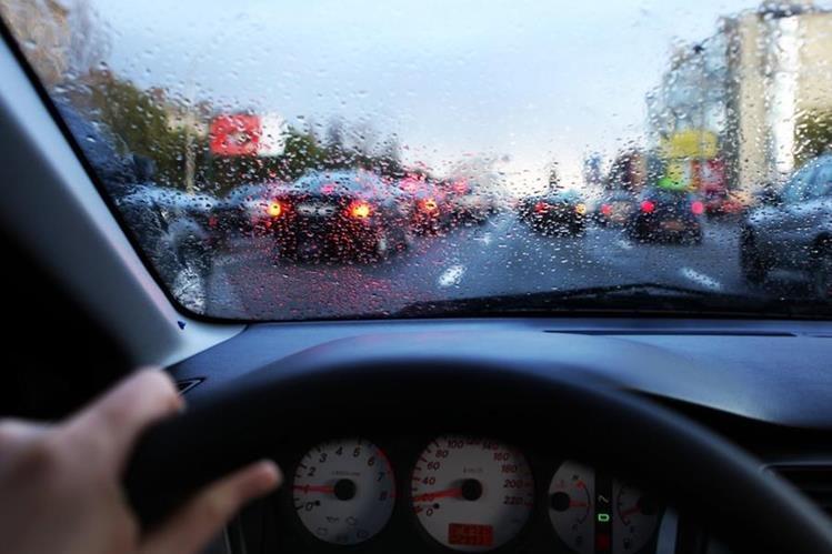 En tiempo de lluvia, aumente las precauciones al detrás del volante. (Foto Prensa Libre: Hemeroteca PL)