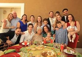 María Jesús Robelo, rodeada de su familia, durante el festejo de su cumpleaños 100 el pasado 8 de abril. (Foto Prensa LIbre: Antonio Jiménez)