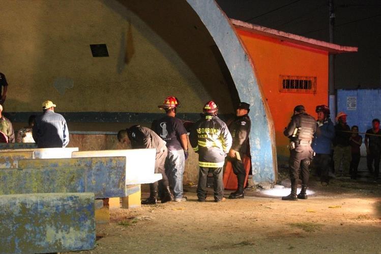 Socorristas y agentes de la PNC toman datos del ataque aramdo en El Tejar, Chimaltenango. (Foto Prensa Libre: Víctor Chamalé)