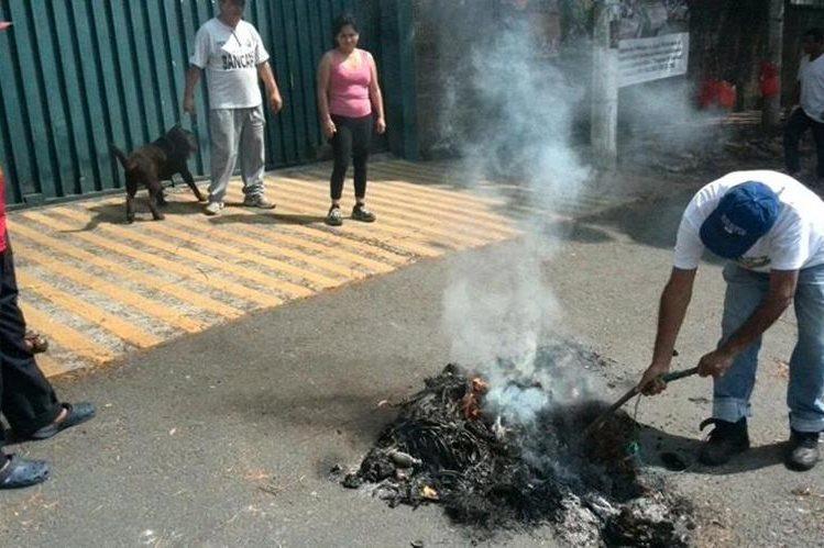 Guatemaltecos en la colonia Castañas, zona 11, realizaron la tradicional quema de Judas. (Foto Prensa Libre: Estuardo Paredes)