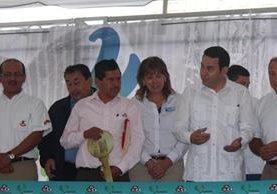 El Mandatario, Jimmy Morales, junto a representantes de la fundación, participa en inauguración de obra que favorecerá salud de pobladores de Santa Cruz La Laguna. (Foto Prensa Libre: Édgar René Sáenz).