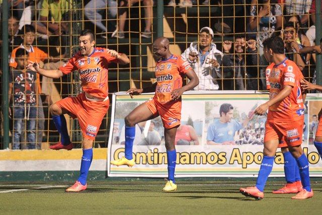 Los jugadores de Suchitepéquez festejan tras anotar el gol del empate. (Foto Prensa Libre: Norvin Mendoza)