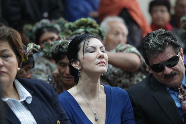<p>Zury Ríos, hija de Efraín Ríos Montt,  escucha el fallo que envía a juicio a su padre,  por delitos de lesa humanidad.</p>