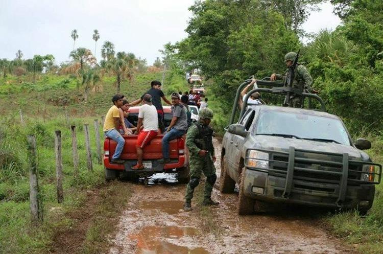 Las Policía se tardó más de dos días en llegar al lugar debido a lo dificultoso del terreno y que está en medio de la selva. (Foto Prensa Libre: Rigoberto Escobar)