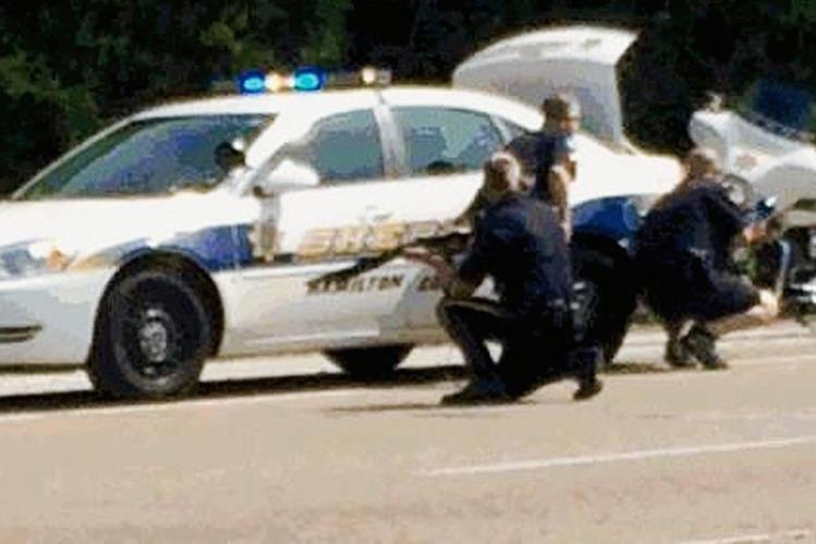 Las autoridades trabajan una escena cerca del Centro de la Reserva Naval, en Chattanooga, Tennessee. (Foto Prensa Libre:AP).