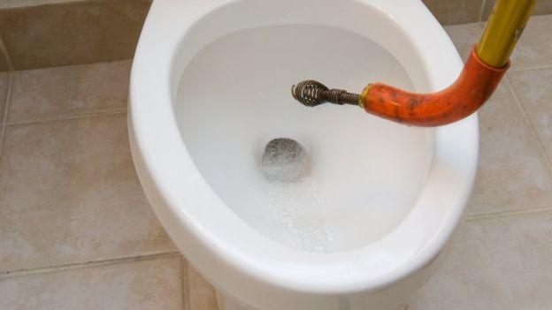 El sifón o tubo encorvado fue la clave para crear el inodoro tal y como hoy lo conocemos GETTY IMAGES
