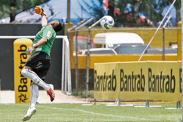 Jorge Mario Quiñonez, portero de San Pedro, no puede evitar que el balón impulsado de cabeza por Rodrigo Cubilla ingrese en su meta.