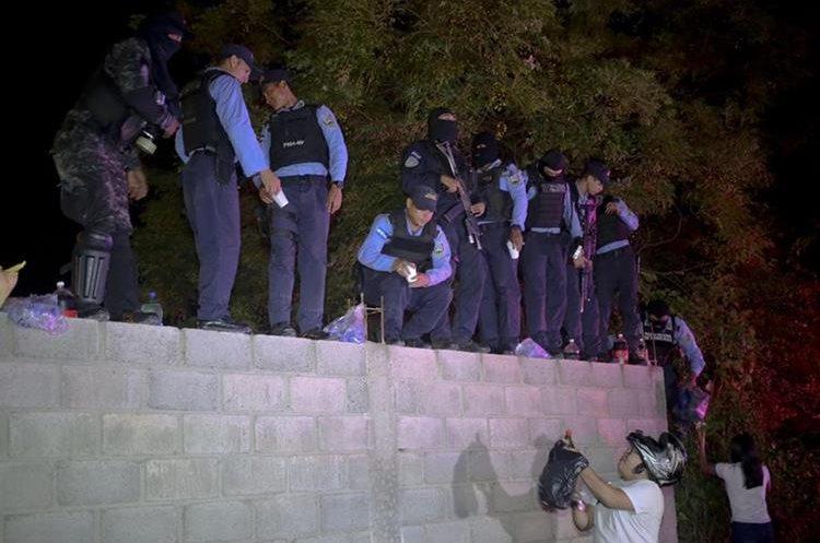 """Ciudadanos hondureños llevan víveres a un grupo de agentes de la fuerza especial Cobras de la Policía de Honduras que se declaró en huelga de """"brazos caídos"""". (Foto Prensa Libre: EFE)."""
