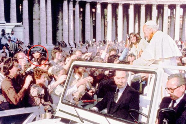 Momento del ataque a Juan Pablo II en 1981; dentro del círculo se aprecia un arma de fuego. (Foto: Hemeroteca PL)
