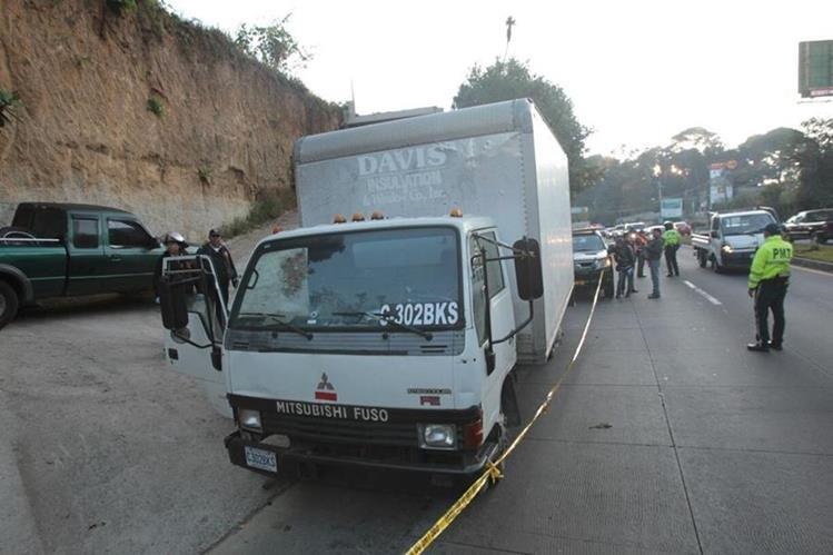 El camión tiene una perforación de bala en la parte frontal. El piloto murió en el instante. (Foto Prensa Libre: Érick Ávila)