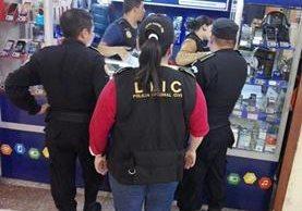Allanan comercios de celulares en colonia Atlántida, zona 18, en búsqueda de aparatos robados. (Foto Prensa Libre: PNC)