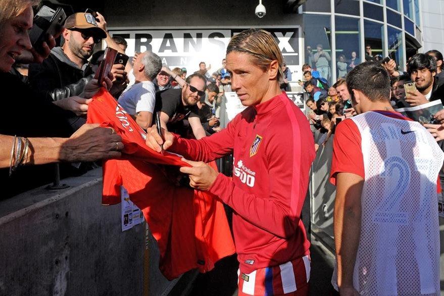 Fernando Torres fue uno de los más solicitados durante la gira australiana. (Foto Prensa Libre: EFE)