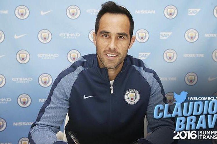 Con está fotografía el City anunció en sus redes sociales la incorporación de Claudio Bravo. (Foto Prensa Libre: Twitter Manchester City)