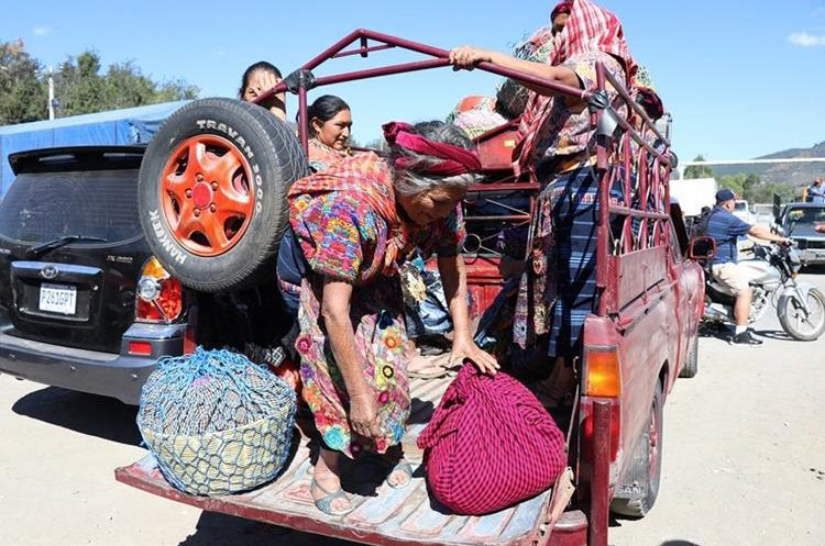 Algunos pasajeros han denunciado que deben pagar más para transportarse hacia su destino. (Foto Prensa Libre: Julio Sicán)