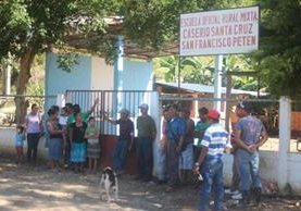 Padres de familia toman instalaciones de una escuela en San Francisco, Petén. (Foto Prensa Libre: Rigoberto Escobar)