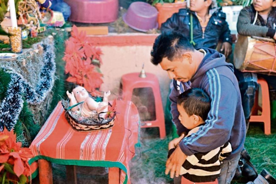 La visita  del Niño Dios se realiza todos 25 de diciembre a las familias que lo soliciten. (Foto Prensa Libre: Ángel Elías)