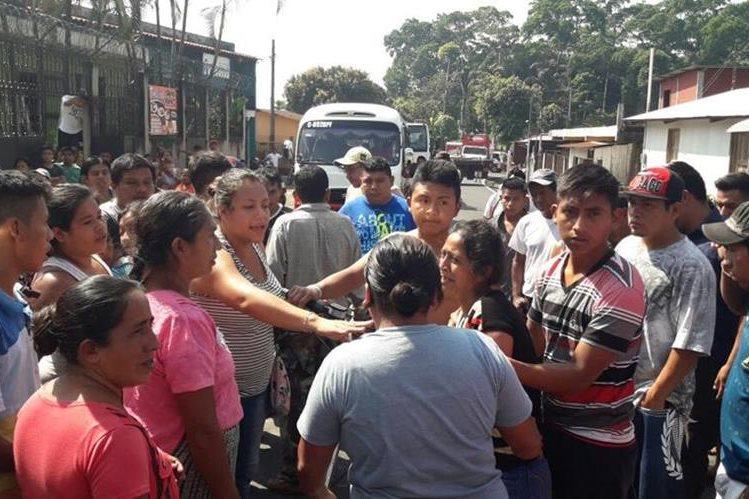 Familiares de Francisca Camacho lamentan el deceso de su pariente, como consecuencia de accidente. (Foto Prensa Libre: Cristian I. Soto)