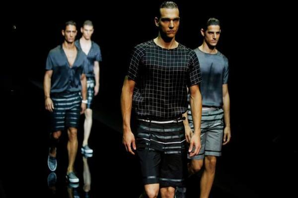 Modelos presentan piezas de la colección primavera verano 2015 de Emporio Armani, en la Semana de la Moda de Milán, Italia.