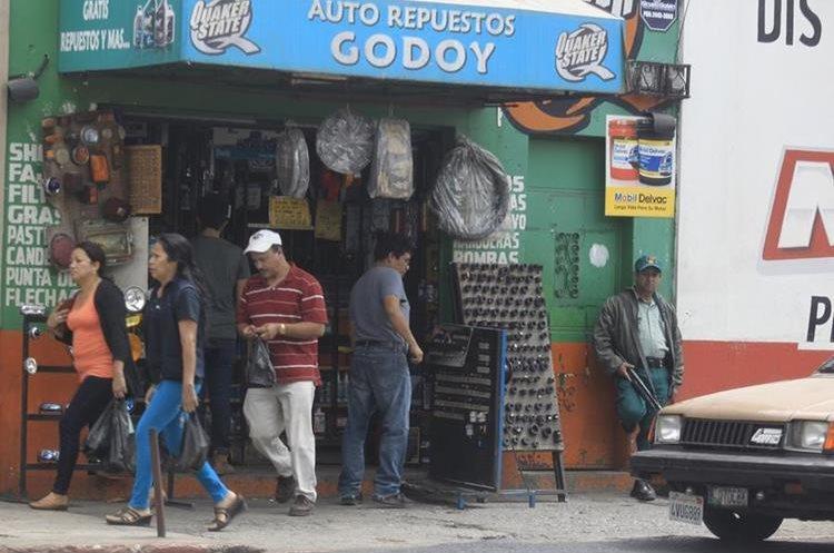 Otro rubro que ha crecido en las empresas es la contratación de agentes de seguridad privada. (Foto Prensa Libre: Hemeroteca PL)