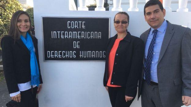 Linda Loaiza (centro) en compañía de su hermana, Ana Secilia y de uno de sus abogados, Francisco Quintana. (Foto cortesía de CEJIL)