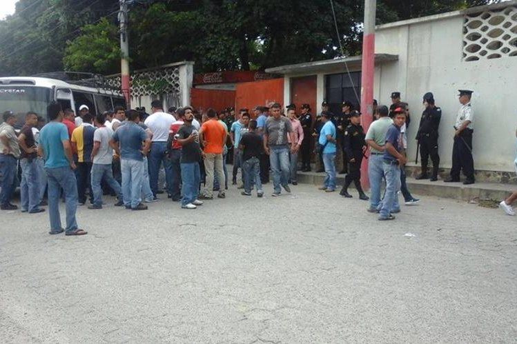 Vecinos de Chiquimula se acercan al lugar donde fue ultimado el ayudante de un microbús. (Foto Prensa Libre: Edwin Paxtor)