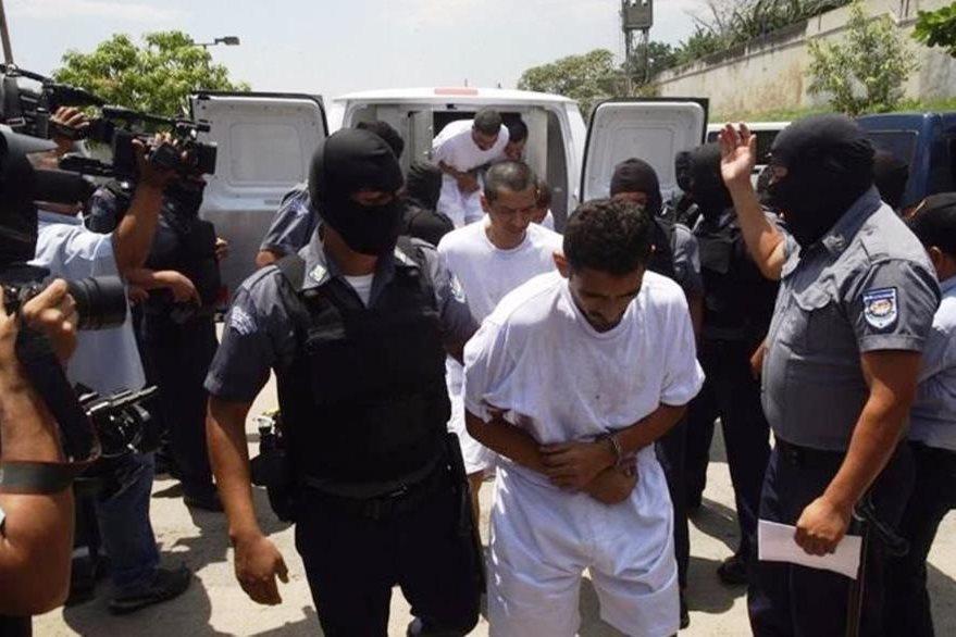 Un recluso es trasladado a una cárcel de máxima seguridad. (Foto Prensa Libre: Cortesía LPG)